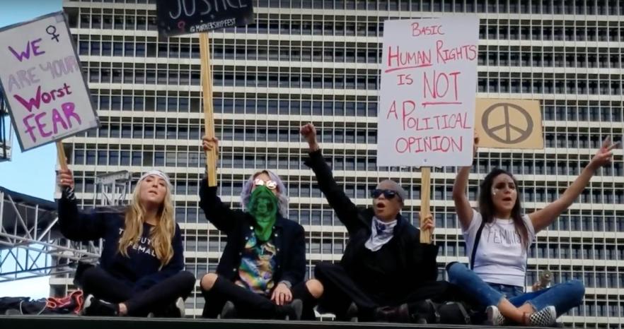 protestbusoverhang
